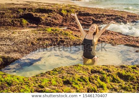 Fiatal nő turista tengerpart ül fürdőkád tenger Stock fotó © galitskaya