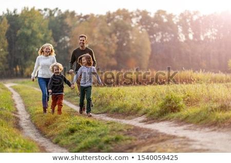 Jonge familie lopen tropisch strand bungalow vakantie Stockfoto © Genestro