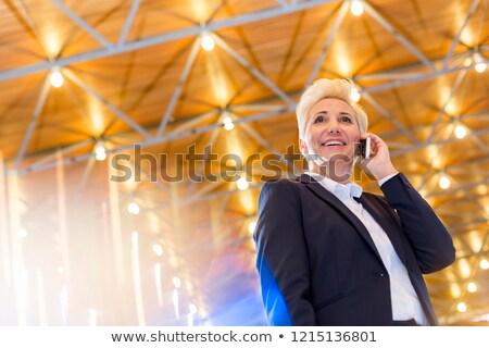 Stok fotoğraf: Işkadını · ayakta · telefon · beyaz · takım · elbise · konuşma