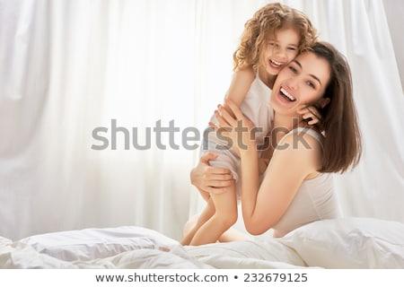 mooie · moeder · dochter · bed · jonge · vrouw · meisje - stockfoto © deandrobot