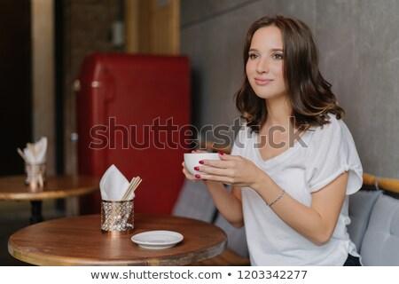 Csinos gondtalan fiatal nő lezser fehér rövidujjú póló Stock fotó © vkstudio