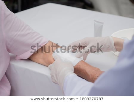 herida · herido · dedo · sangre · aislado · blanco - foto stock © leungchopan