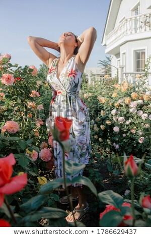 Vrouw permanente steeg tuin bloem schoonheid Stockfoto © IS2