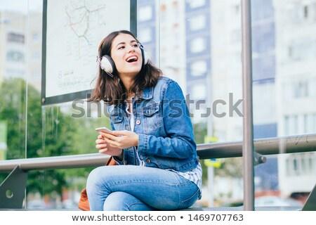 Glimlachende vrouw wachten vrouw meisje glimlach Stockfoto © konradbak