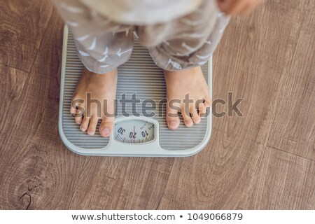 Jongen schalen vinden uit gewicht mode Stockfoto © galitskaya