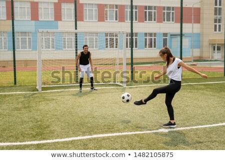 balón · de · fútbol · jugando · campo · fútbol · neto · objetivo - foto stock © pressmaster