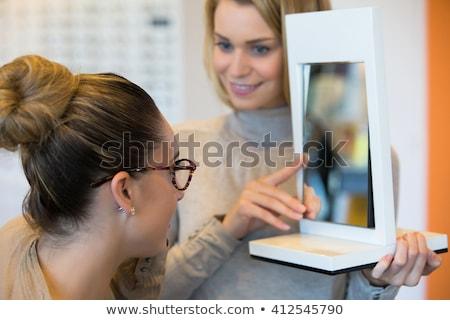 Fiatal nő divatos szemüveg optometrikus bolt néz Stock fotó © Kzenon