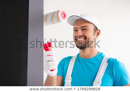 Uśmiechnięty złota rączka malarstwo pokój biały ściany Zdjęcia stock © photography33