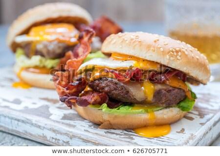 Foto d'archivio: Uovo · pancetta · formaggio · burger · fatto · in · casa · vecchio