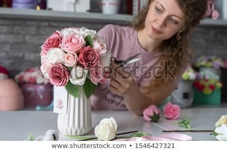 Nina florista marrón delantal jarrón rosa Foto stock © artjazz