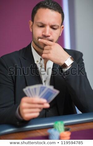 homem · olhando · cartões · tabela · pôquer · cartão - foto stock © wavebreak_media