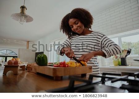 Kadın sarı biber pişirme öğle yemeği Stok fotoğraf © IS2