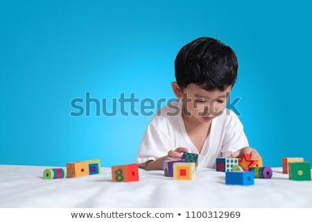 wenig junge spielen puzzle kinder kind stock. Black Bedroom Furniture Sets. Home Design Ideas