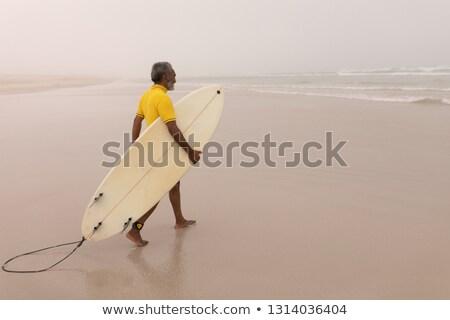 Vista lateral ativo senior masculino surfista caminhada Foto stock © wavebreak_media