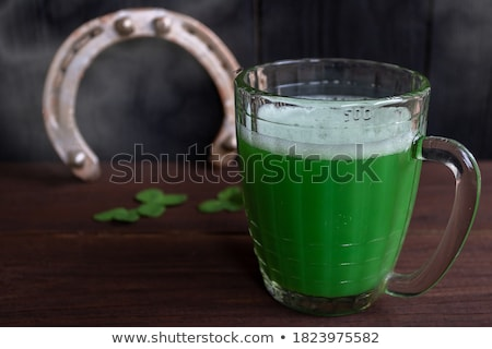 Shamrock üveg sör patkó asztal Szent Patrik napja Stock fotó © dolgachov