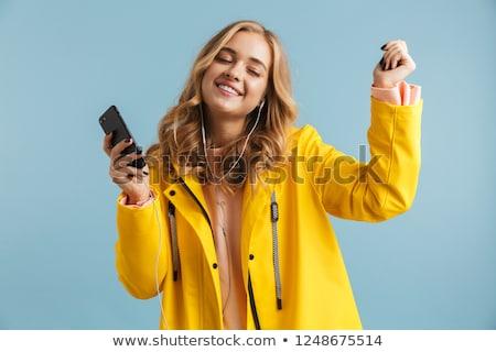 portret · glimlachende · vrouw · hoofdtelefoon · luisteren · naar · muziek - stockfoto © deandrobot