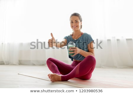 Vrouw beker smoothie yoga studio fitness Stockfoto © dolgachov