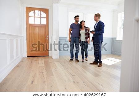 Casal propriedade corretor de imóveis feliz casa porta Foto stock © photography33