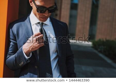 lezser · férfi · guggol · gyalogos · utca · néz - stock fotó © feedough