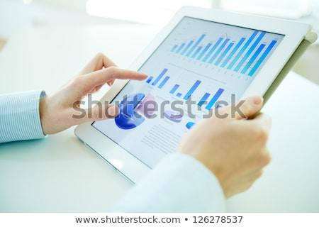 Homme d'affaires statistiques écran de l'ordinateur vue main portable Photo stock © AndreyPopov