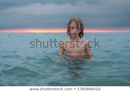 Tizenéves fiú úszik óceán trópusi tengerpart víz Stock fotó © meinzahn