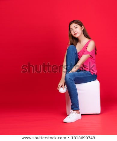 dziewczyna · uśmiechnięty · posiedzenia · nierówny · dżinsy - zdjęcia stock © feedough