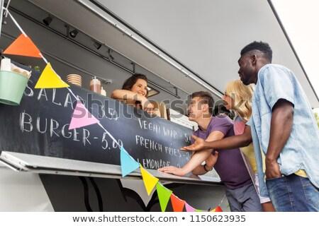 Klanten verkoper wijzend voedsel vrachtwagen menu Stockfoto © dolgachov