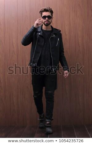 velho · casual · homem · jaqueta · de · couro · jeans · em · pé - foto stock © feedough