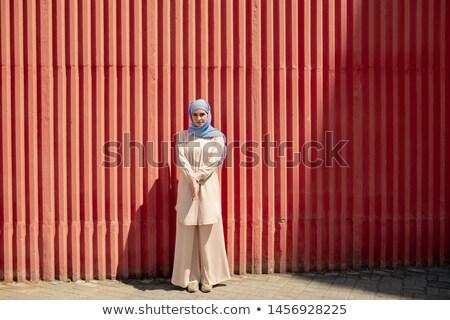 Güzel kız başörtüsü ayakta kırmızı duvar Stok fotoğraf © pressmaster