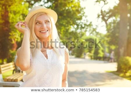 Femme souriante jardin fleur printemps été vert Photo stock © wavebreak_media
