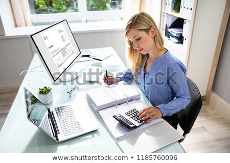 mujer · de · negocios · escrito · comprobar · hispanos · libro · pluma - foto stock © andreypopov