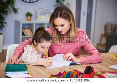 Mère aider fille difficile devoirs éducation Photo stock © dolgachov