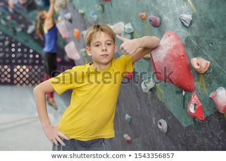 Aranyos fiú mutat hüvelykujj felfelé dől Stock fotó © pressmaster