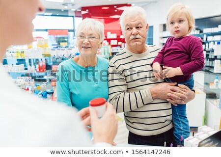 Nagyszülők gyógyszertár vásárol vényköteles gyógyszerek unoka barátságos Stock fotó © Kzenon
