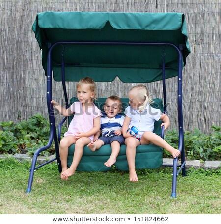 Foto d'archivio: Tre · amici · giardino · swing · donna · ragazza