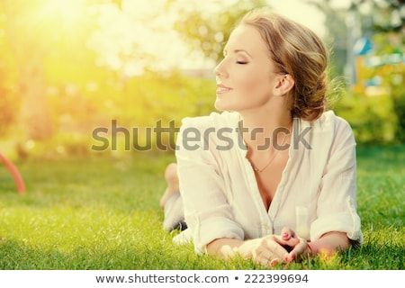 vrouw · jong · meisje · gras · lachend · gelukkig · kind - stockfoto © deandrobot