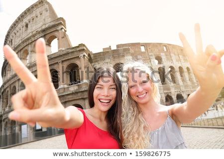 Kaukasisch reiziger tonen overwinning gebaar vrolijk Stockfoto © RAStudio