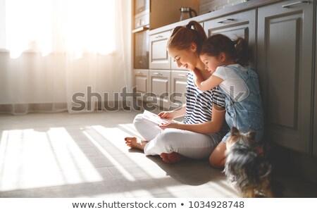 Stok fotoğraf: Kadın · okuma · kart · gülümseyen · kadın · gülen · sevmek
