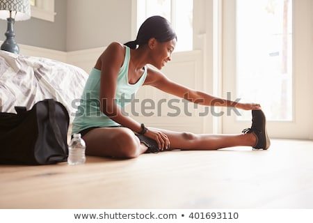 portré · mosolyog · fitnessz · nő · sportruha · zenét · hallgat · fülhallgató - stock fotó © deandrobot