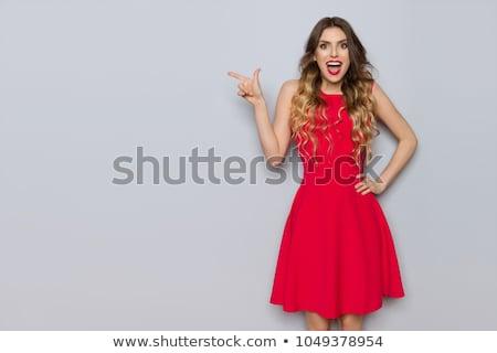 肖像 · 笑みを浮かべて · 魅力的な女の子 · 赤 · 水玉模様 · ドレス - ストックフォト © deandrobot