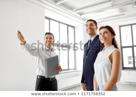 Pośrednik w sprzedaży nieruchomości folderze klientela nowego biuro Zdjęcia stock © dolgachov