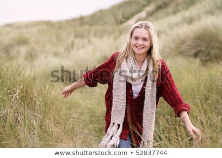 Stock fotó: Tinilány · sétál · homok · visel · meleg · ruha · nő