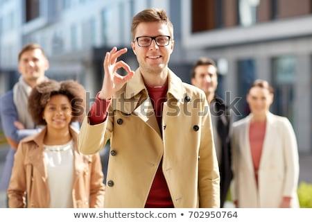 Groep glimlachend studenten tonen handteken Stockfoto © dolgachov