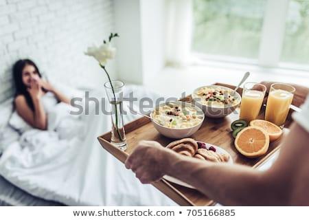 gyönyörű · mosolyog · női · reggeli · megnyugtató · laptop - stock fotó © wavebreak_media