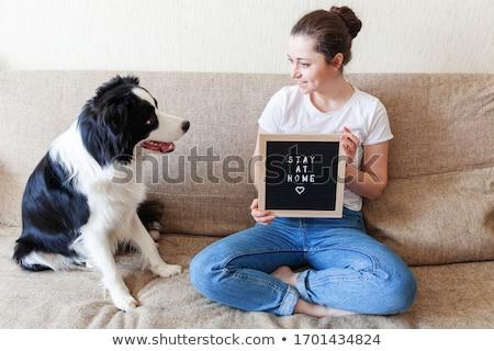 Nő tábla felirat tartózkodás otthon koronavírus Stock fotó © leedsn
