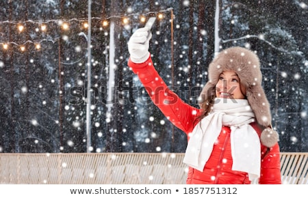 Stockfoto: Gelukkig · vrouw · winter · bont · hoed · smartphone