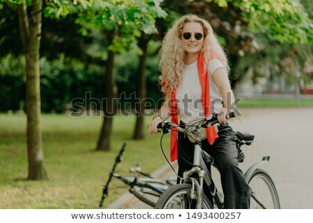 Blij actief gekruld vrouwelijke afstand Stockfoto © vkstudio