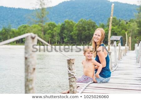 Moeder zoon vergadering oude pier genieten Stockfoto © galitskaya