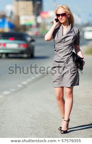 Foto stock: Mulher · jovem · celular · caminhada · negócio · edifício · telefone · móvel