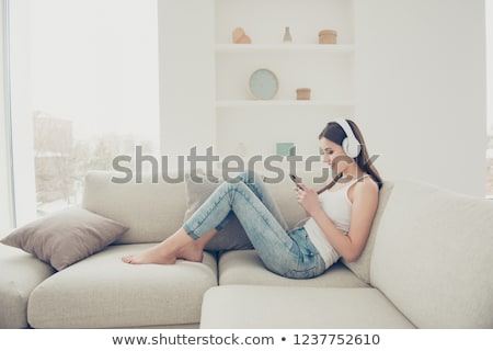Nina auriculares escuchar música música Foto stock © Hofmeester